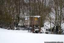 Ein winterliches Baumhaus trotzt der Kälte und dem Schnee.