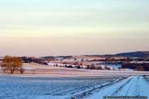 Eine Schneelandschaft mit winterlichen Sonnenschein.