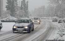 Die Winterzeit mit Schnee und glatten Straßen ist kein einfaches Spiel für Autofahrer.