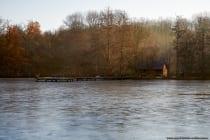 Naherholungsgebiet nähe Lauda-Königshofen, der zugefrorene Marstadter See mit Seehütte zur Winterzeit. [EOS5D Mark4 | ISO250 | f5,6 | 1/160s | 62mm]