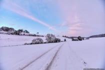 Die Straße ins schneeweiße Nirgendwo nähe Weikersheim in Baden Württemberg. [EOS5D Mark4 | ISO400 | f4,5 | 1/100s | 16mm]