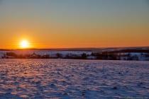 Das letzte Aufbäumen der Sonne über dem Horizont und die Landschaft erscheint in einem orangerotblauen Licht. [EOS5D Mark4 | ISO100 | f6,3 | 1/100s | 70mm]