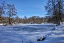 Der große und der dahinterliegende kleine See sind zugefroren und eingeschneit. [EOS5D Mark4 | ISO100 | f4,0 | 1/1000s | 23mm]
