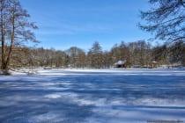 Winterlich weiß bei blauem Himmel und Sonnenschein. Der Eindruck trügt, denn es sind trotzdem Minus 7 Grad Celsius. [EOS5D Mark4 | ISO100 | f5,6 | 1/500s | 26mm]