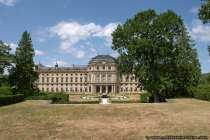 Die Gartenfront hat eine Länge von 168 Meter, wobei die Schmalseite knapp 100 Meter beträgt.