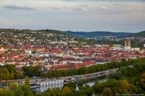 Blick auf den Main, die Kurt-Schuhmacher-Promenade, die Stadt Würzburg und dahinter das Frauenland.