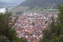 Haus an Haus vom Kloster Engelberg auf die Ortschaft Grossheubach im Odenwald im Sommer.