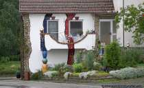 Die Kunst keimt in Schwabhausen. Ein Haus in dem Ort erinnert ein wenig an den Stil von Friedensreich Hundertwasser.