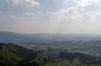 Bei genauerem Betrachten sind die Sonnenstrahlen, welche auf die Landschaft fallen, zu erkennen.
