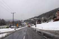 Die Ortschaft Schneeberg im Schnee mit geräumten Straßen