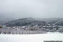 Klare Sicht auf Hoechst im Odenwald, wie es im Schnee versinkt.