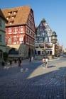 Marien-Apotheke mit Georgsbrunnen am Marktplatz in Rothenburg ob der Tauber