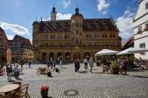 Das Rathaus in Rothenburg ob der Tauber wirkt wie ein monumentaler Schlossbau mit der Fassadentreppe und der Renaissance-Fassade.