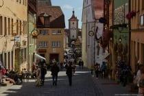"""Vor dem Siebersturm ist das Plönlein """"Kleiner Platz am Brunnen"""" wozu auch das schiefe und krumme Fachwerkaus auf dem Platz zählt."""