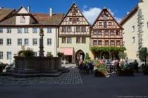 """Einer von 40 erbauten Brunnen in Rothenburg ob der Tauber. Um den Herrenbrunnen """"Herrnbrunnen, Brunnen der Meerjungfrau"""" fand früher der Vierhmarkt statt. Heute wird an den Reichsstadt Festtagen die Bäckertaufe nachgestellt."""