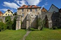 """Andreas Rudolff Bodenstein, genannt Karlstadt. Ende 1524 wurde """"Karlstadt"""" von Freunden und der Familie in Rothenburg ob der Tauber gastlich aufgenommen. Die Ausweisung wurde Anfang 1525 durch die Stadt veranlasst. Die Familie verließ die Stadt wegen den Auswirkungen des Bauernkrieges, aber Karlstadt selbst tauchte in Rothenburg unter. Er geriet sogar zwischen die Fronten der kämpfenden Parteien und wäre beinahe vor den Toren Rothenburgs erschlagen worden."""