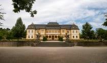 Das Schloss war einst ein Sommerhaus, welches aus einem zweigeschossigen und rechteckigen Pavillon bestand mit Arkadenbögen und Ecktürmen.