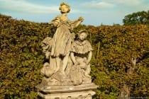 Der Park im französisch gehaltenen Rokoko-Stil erstreckt sich auf einer Fläche von zirka 13 ha bzw. 270 x 475 Metern.