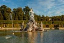 Der große See ist ein Besuchermagnet mit dem Musenberg, welcher aus einer Figurengruppe besteht mit dem aufsteigenden Pegasus an der Spitze.