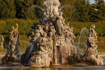 Zu jeder vollen Stunde von 13 bis 17 Uhr beginnen die Wasserspiele am großen See.