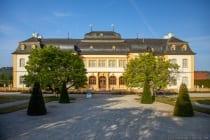 Am Besten kann man die Rückseite vom Schloss Veitshöchheim bei Sonnenaufgang oder kurz danach fotografieren, da die Sonne im Rücken steht.