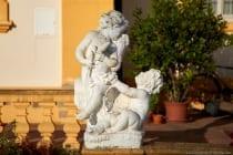 Auf dem Gelände befinden sich verschiedene Skulpturen wie antike Gottheiten, Personifikationen, Tierdarstellungen, Vasen und Putten.