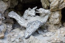 Verschiedene Fabeltierskulpturen befinden sich in NIschen auf der Nordseite vom Grottenhaus.