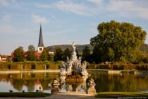 Der große See mit dem Musenberg Parnass und der katholischen Pfarrkirche St. Vitus von Veitshöchheim im Hintergrund.