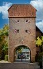 Noch heute kann man die eingemeißelten Hochwasserstände des Mains mit Jahreszahlen am Torbogen ablesen. Vor dem rechteckigen Torturm in Sommerhausen befand sich die Zollgrenze und alle Waren mussten hier verzollt werden. [EOS5D Mark4 | ISO100 | f4 | 1/125s | 70mm]