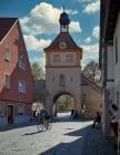 In Sommerhausen am südlichen Ende der Hauptstraße ist das Ochsenfurter Tor mit Glockenturm zu sehen. [EOS5D Mark4 | ISO50 | f4 | 1/250s | 35mm]