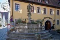 Die Ritterskulptur Hans Jörg auf dem Marktbrunnen wurde im Jahre 1574 errichtet und der Brunnen diente als Trinkwasserversorgung. Im Jahre 1736 wurde der Ritter von holländichen Rekruten heruntergeworfen und danach wieder renoviert. Das Hotelrestaurant Ritter Jörg ist hinter dem namensgebenden Marktbrunnen zu finden.