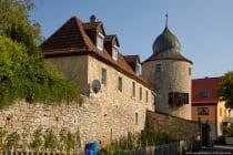 Die alte Stadtmauer umrahmt das fränkische Weindorf Sommerhausen mit seinen Fachwerkhäusern, Türmen, Bauerngärten und Stadthäusern. [EOS5D Mark4 | ISO125 | f6,3 | 1/250s | 45mm]