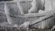 Eiskalt und meterdick gefroren.