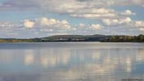 See, Landschaft und ein wolkenreicher Himmel