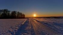 Sonnenuntergang im schneebedeckten Main-Tauber-Kreis im fränkischen Baden-Württemberg. Wallpaper WQHD mit 2560 x 1440 Pixel Auflösung.