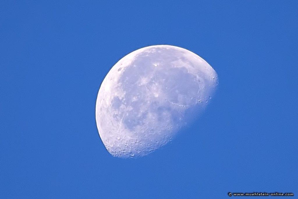 Der abnehmende Mond am Morgen vom 30. Sept. 2018 um 10.00 Uhr