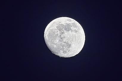 Luna, der Mond, so fern und doch so nah.