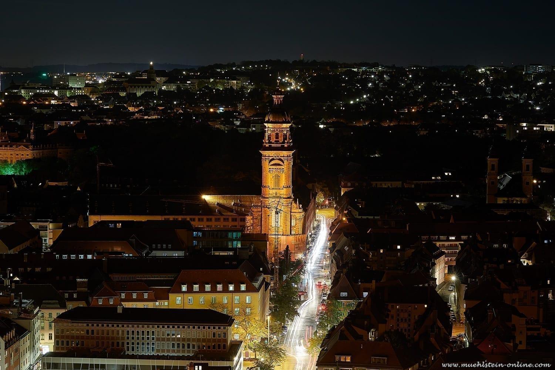 Leuchtspuren auf den Straßen von Würzburg.
