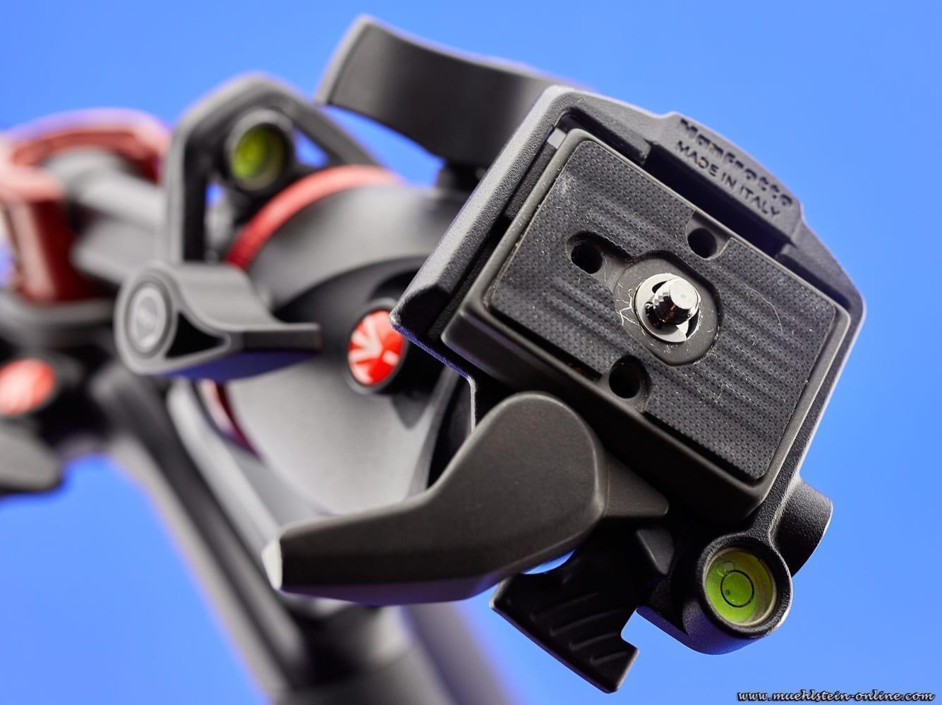 Kugelkopf mit eingesetzter Stativplatte in die vorgesehene Aufnahme