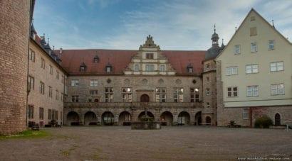 In einer Dreieckform wurde Schloss Weikersheim erbaut.